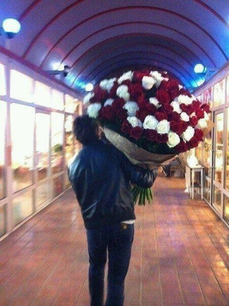 So my friend decided to buy roses for his first anniversary with his girlfriend.Funny Things Picture